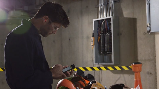 Measuring from a safe distance using the Fluke Connect™ app
