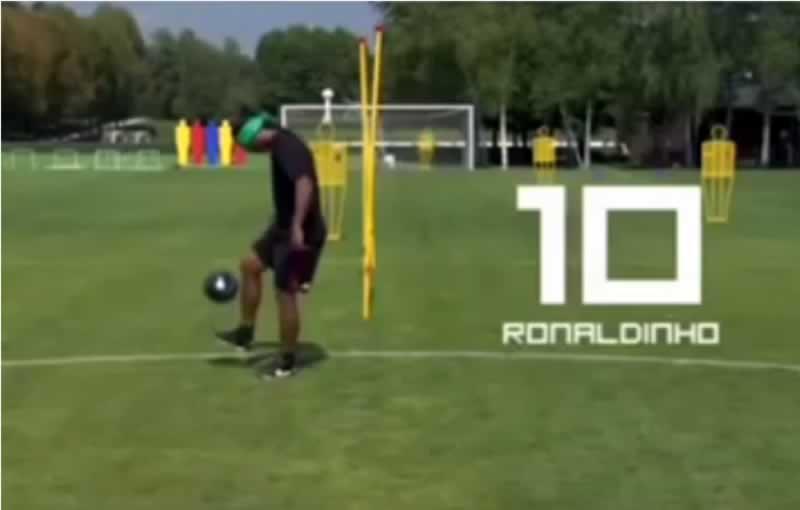 Ronaldinho hizo 44 toques de balón con los ojos vendados