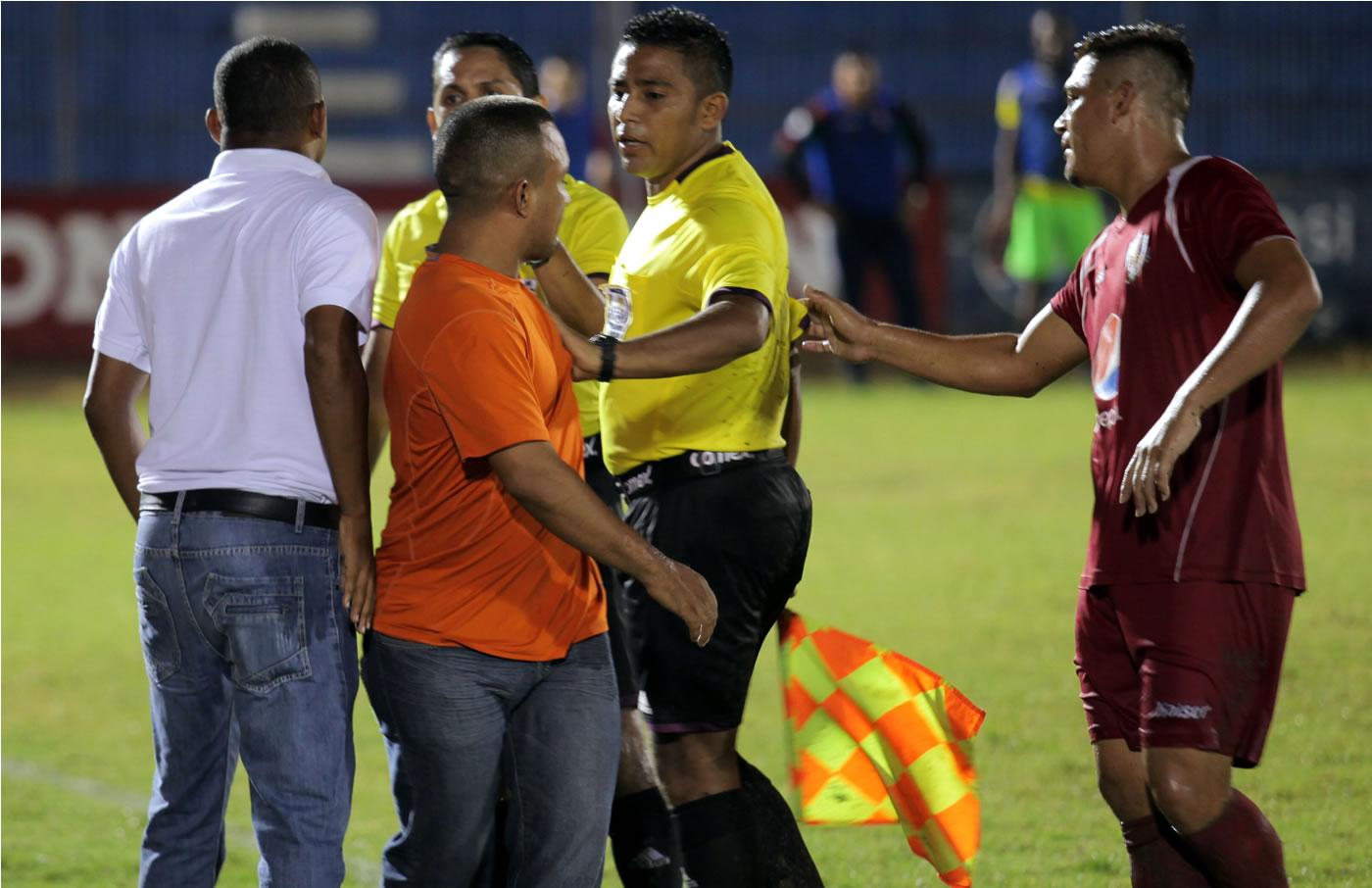 Asistente del Villanueva escupe a árbitro